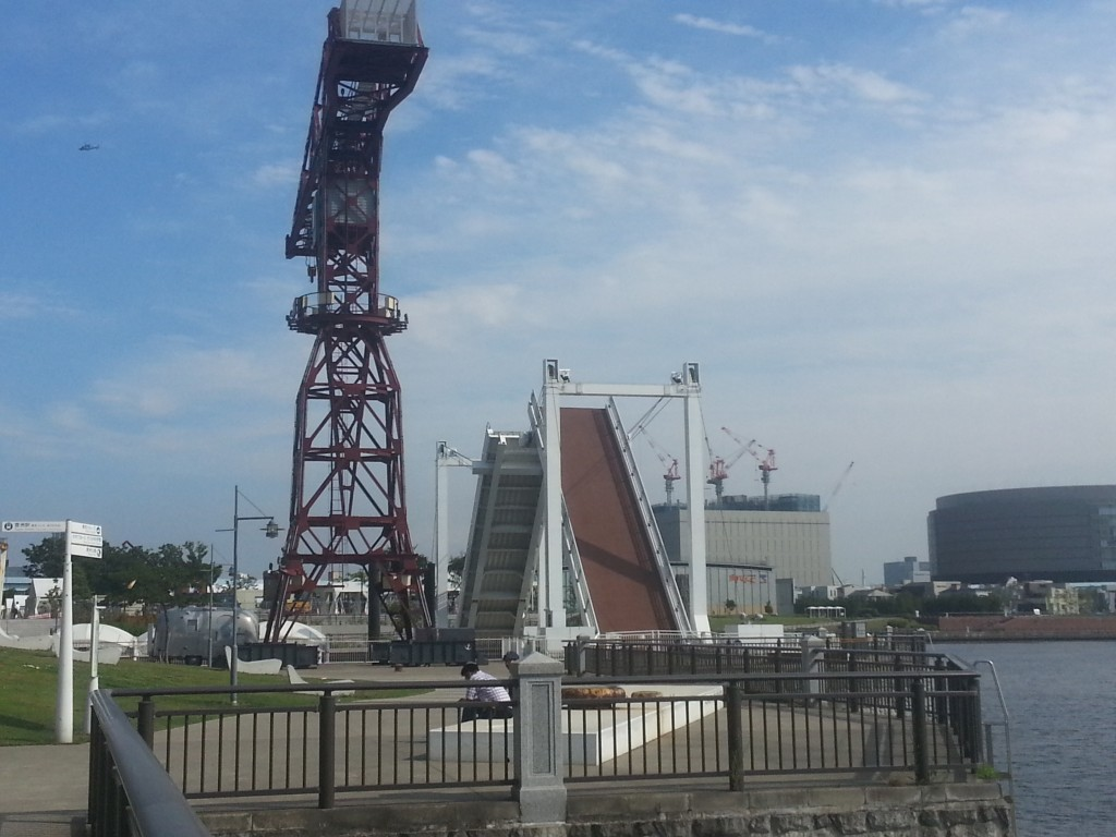 水上バス乗り場では橋の開閉が見られます。