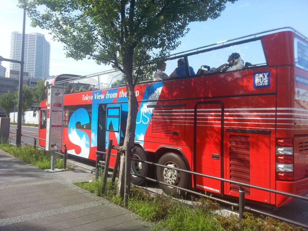 豊洲停留所に留まるスカイホップバス
