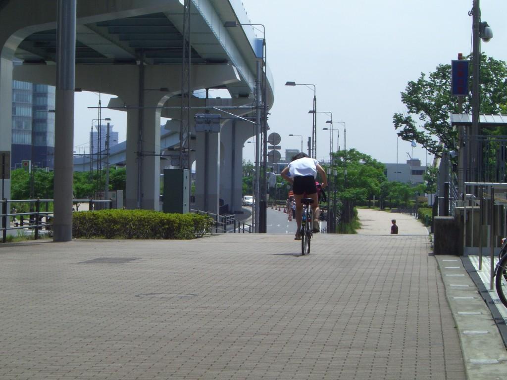 豊洲には広々とした歩道が広がっています。