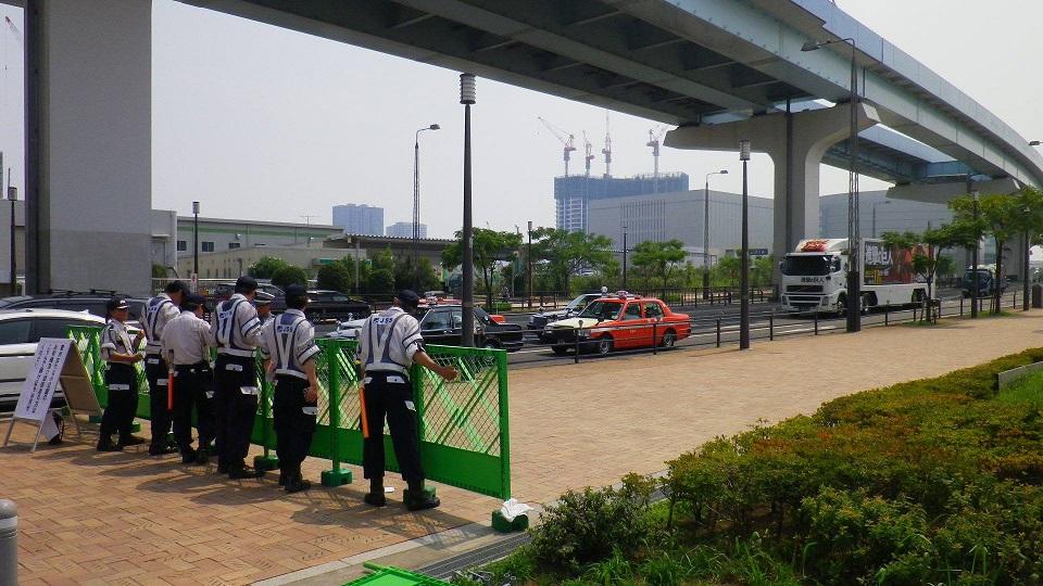 豊洲埠頭前の交差点から新豊洲方面歩行者での関係者以外の立ち入り規制