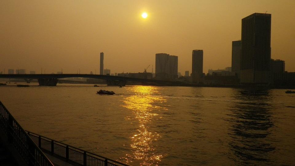 東京湾大華火祭、晴海大橋に傾きかけた太陽。