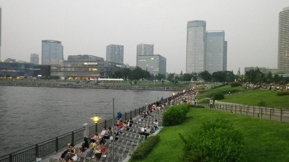 東京湾大華火祭、 豊洲公園周辺の観覧席にはイスに座る人の姿が。