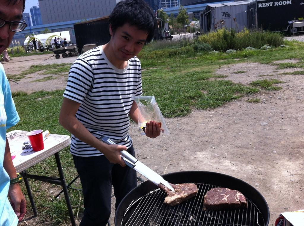 豊洲WILDMAGICでバーベキュー、厚い肉をそのまま焼きます。