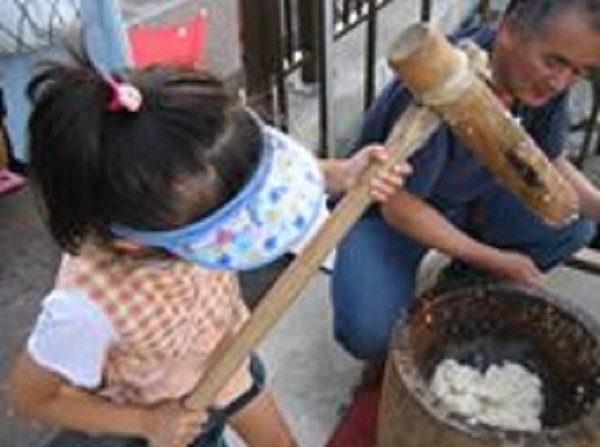 豊洲水彩まつりでは本格的な餅つきが行われました。