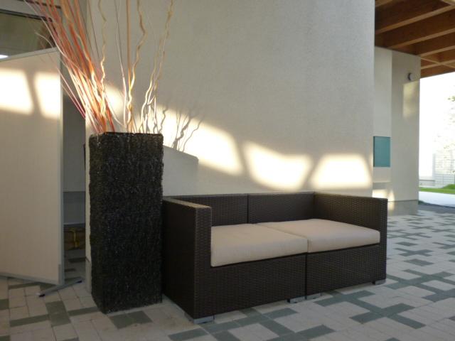 豊洲まちなみ公園ではサンデンファニチャーの家具を展示しています。