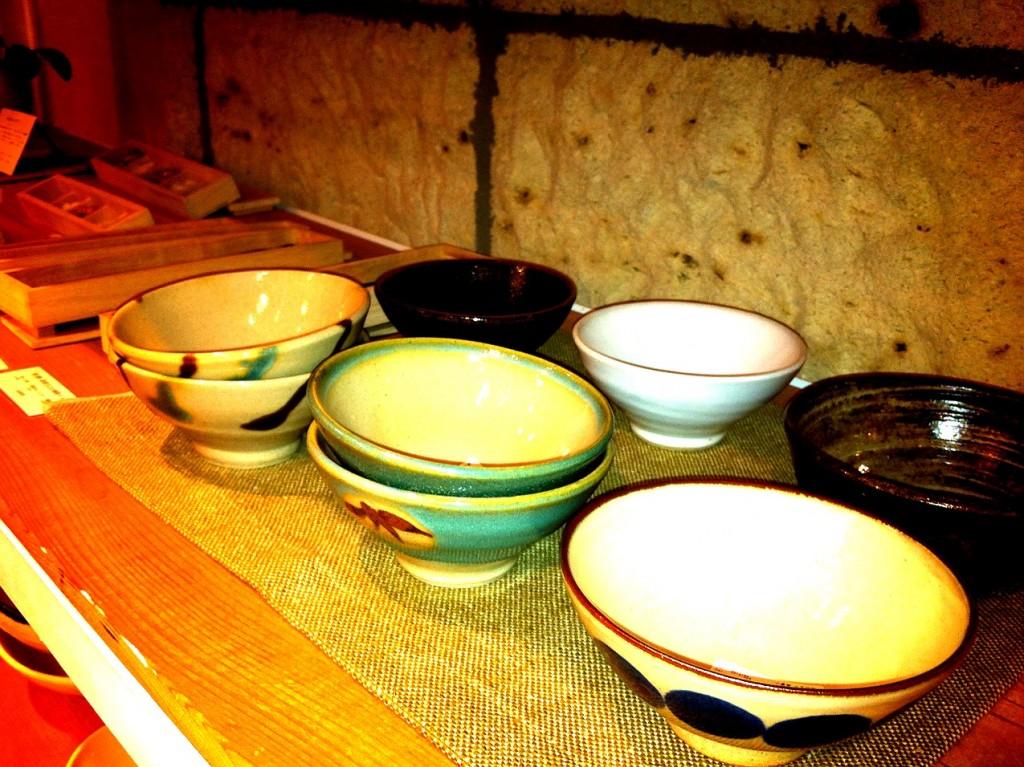 ららぽーと豊洲DOORSの店内にはご飯茶碗が並べられています。