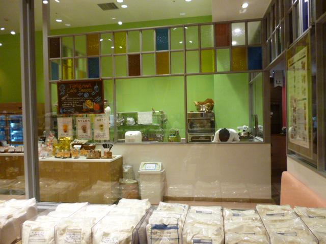 ららぽーと豊洲冨澤商店の店内ではガラス越しにお菓子作りが見えます。