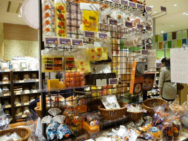 ららぽーと豊洲の冨澤商店にはハロウィングッズが豊富です。