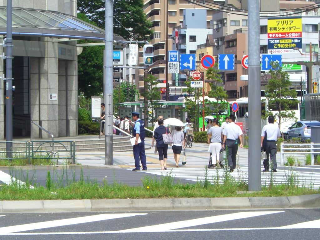 豊洲駅前でパトロールする警察官