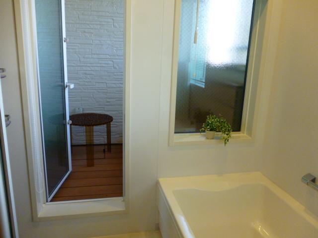 レオハウスの浴室とインナーデッキ