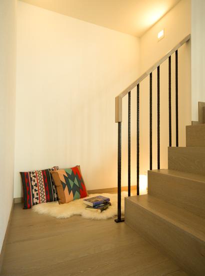セキスイハイム豊洲階段脇の読書スペース