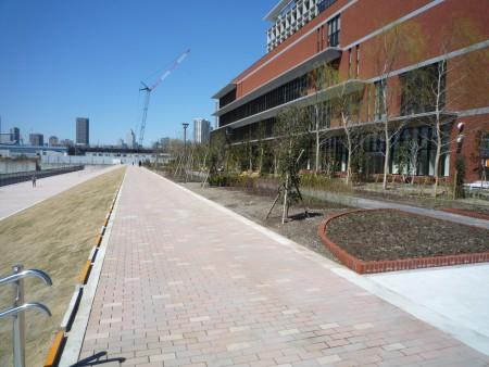 運河側の遊歩道