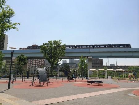 豊洲公園から見たゆりかもめ
